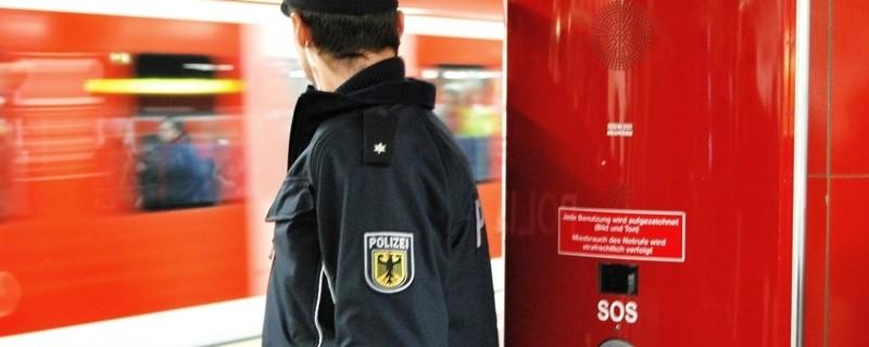 Ein Bundespolizist schaut einer abfahrenden S-Bahn hinterher, © Symbolbild: Bundespolizei