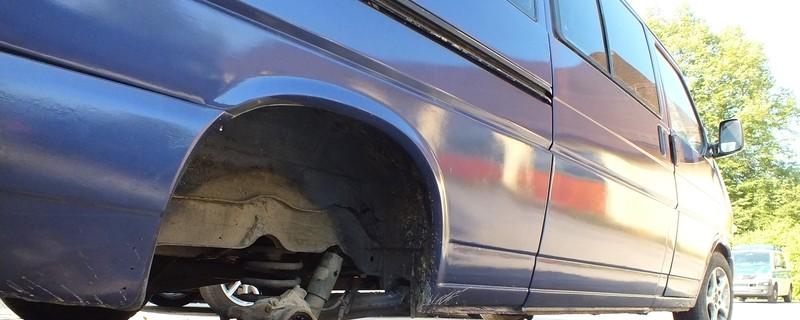 """Ein blauer Kleinbus mit nur noch drei Reifen, © Mit diesem """"Dreirad"""" wurden Flüchtlinge geschleust Foto: Bupo"""