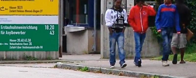 Flüchtlinge vor der Bayernkaserne, © Die meisten Flüchtlinge haben ein Smartphone - weil sie es wirklich brauchen Foto: Red