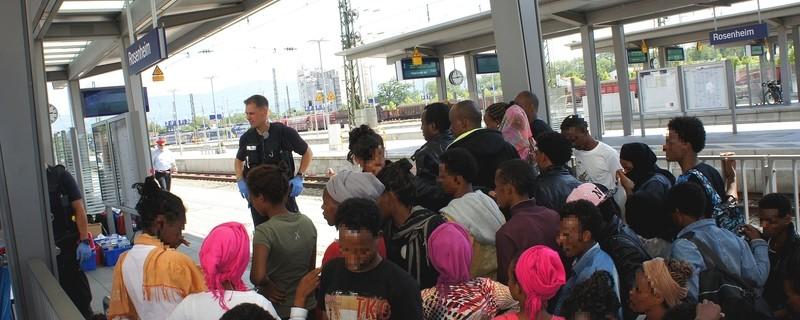 Bundespolizei hilft Asylbewerbern, © Die Bundespolizei hilft den 150 Flüchtlingen, die einen Zug verlassen mussten - Foto: Bundespolizei