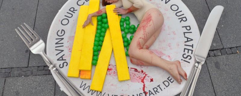Nackte Frau von PETA liegt blutverschmiert auf Teller