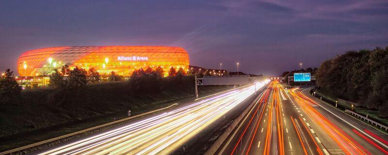 Ausblick auf die Allianz Arena in München, © Ausblick über die Autobahn auf die Allianz Arena - Bild: Janusz Lubojansky - Behind the Lens