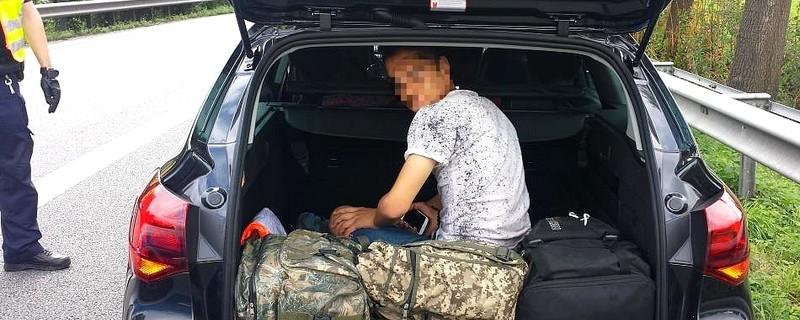 Ein festgenommener Schleuser sitzt im Kofferraum, © Die Bundespolizei hat am Inntaldreieck einen türkischen Staatsangehörigen festgenommen, der mehrere Syrer eingeschleust haben soll. Einen der Geschleusten fanden die Beamten im Kofferraum (Foto: Bundespolizei)
