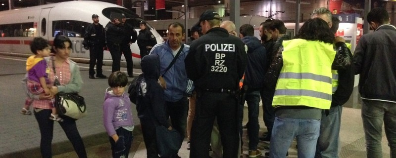 © Bundespolizisten nehmen eine Flüchtlingsfamilie am Hauptbahnhof in Empfang