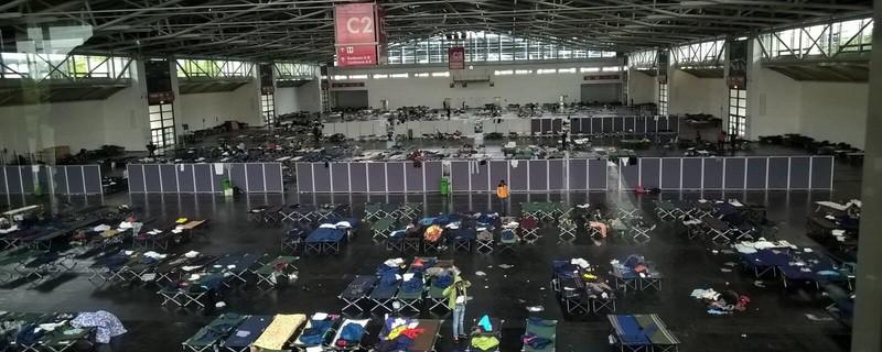 Die Flüchtlinge liegen eng zusammengepfercht in der Messehalle