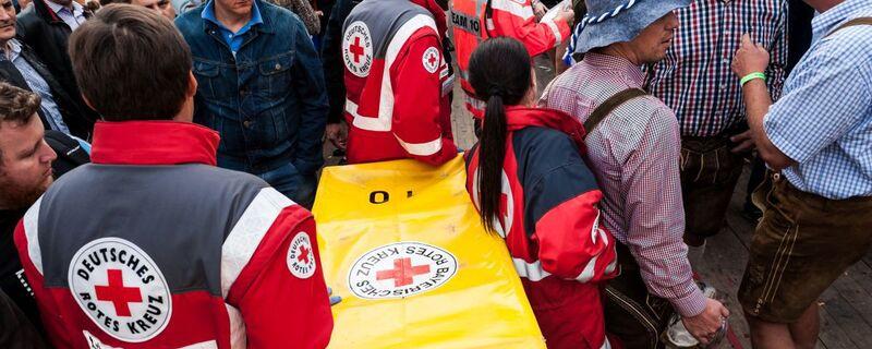 © Die Mitarbeiter des Roten Kreuzes haben auf der Wiesn alle Hände voll zu tun. Foto: Milan Szypura