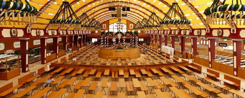 loewenbraeu festzelt oktoberfest wiesn leer, © Hier sitzen bald tausende Wiesn-Besucher: Das Löwenbräu-Festzelt