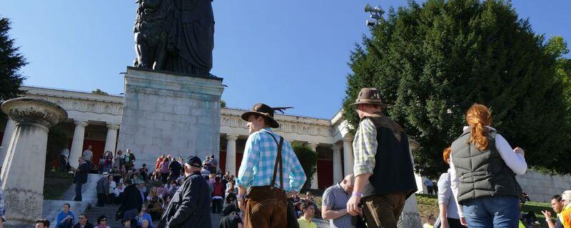 oktoberfest wiesn besucher an der bavaria
