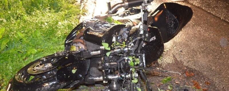 Ein demoliertes Motorrad liegt am Straßenrand, © Foto: Polizei