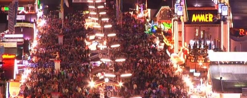Wiesn Oktoberfest volle Wirtsbudenstrasse Menschenmenge