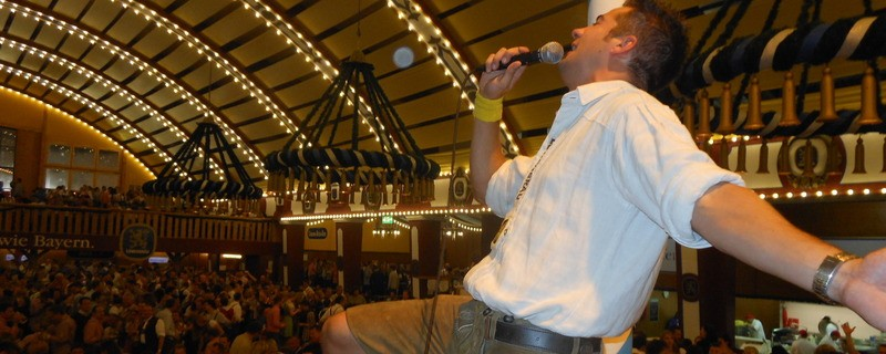 Andreas Hundseder singt im Löwenbräu-Festzelt, © Seit 2012 singt Andreas Hundseder im Löwenbräu