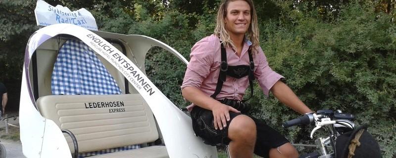 Leo auf seiner Rikscha im Englischen Garten