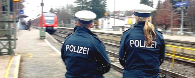 Zwei Bundespolizisten stehen an einem Bahnhof und warten auf die einfahrende S-Bahn, © Foto: Bundespolizei