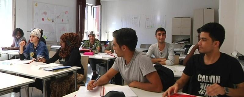 Flüchtlinge lernen in einer VHS in München