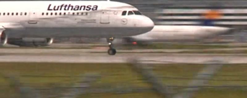 Ein Flugzeug von Lufthansa beschleunigt