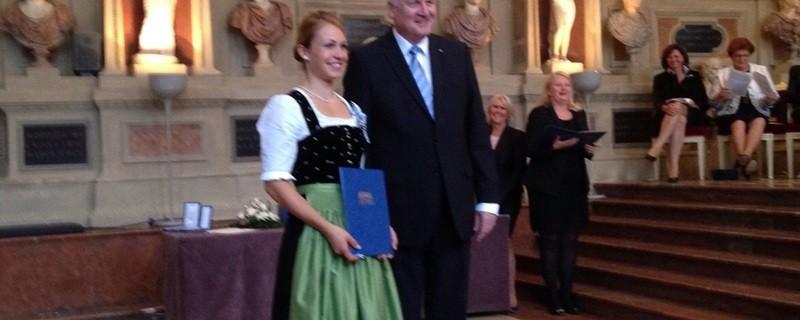 Seehofer verleiht Neuner den Bayerischen Verdienstorden