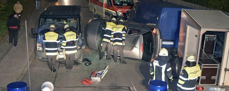 Helfer der Feuerwehr am Unfallort in Pasing, © Feuerwehr München