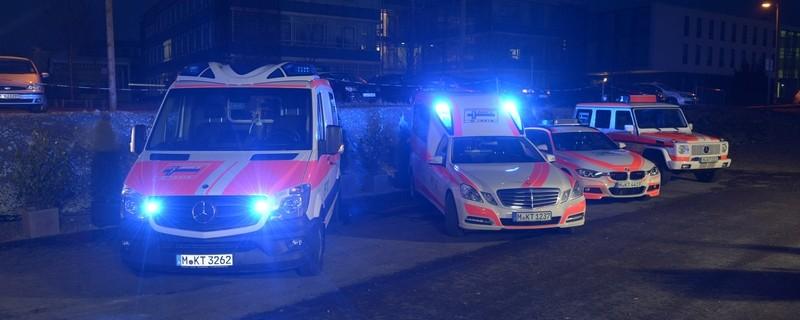 Mehrere Rettungswagen der MKT bei Nacht, © MKT