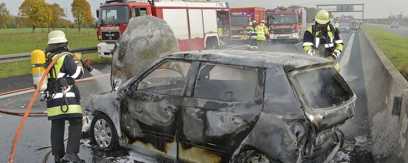 A99: Feuerwehr bei den Löscharbeiten am brennenden Fahrzeug, © Foto der Berufsfeuerwehr München