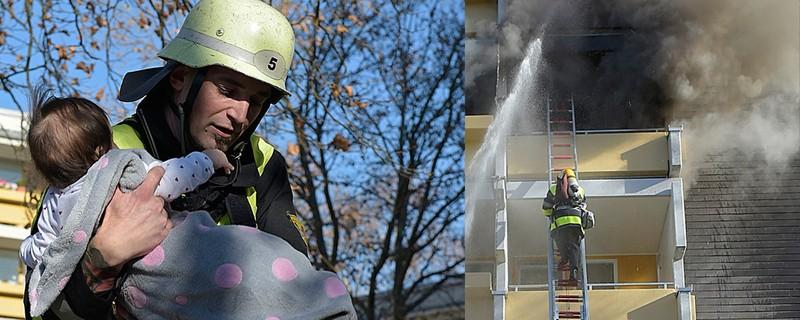 Ein Feuerwehrmann rettet ein Baby aus den Flammen, ein anderer einen Rentner vom Balkon, © Foto: Berufsfeuerwehr München