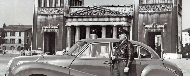 Polizist mit Auto am Königsplatz, © Foto: Polizei München