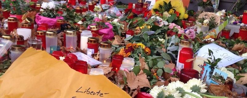 Anteilnahme vor dem französischen Konsulat nach den Anschlägen in Paris, © Große Anteilnahme vor dem französischen Konsulat nach den Anschlägen in Paris