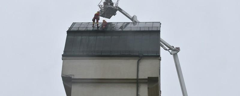 Die Feuerwehr rettet das Dach des Aubinger Wasserturms, © Foto: Berufsfeuerwehr München