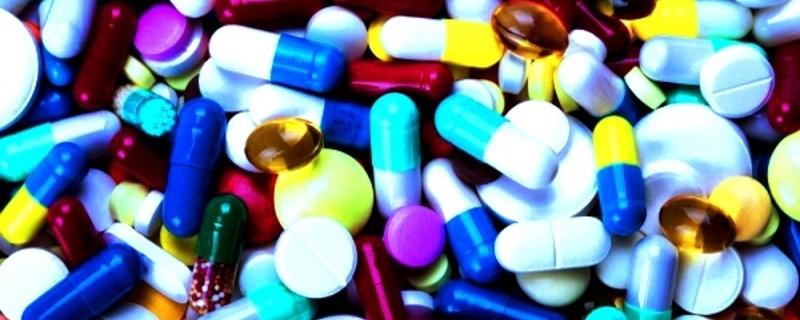 viele Pillen/Drogen in verschiedenen Farben, © Symbolfoto.