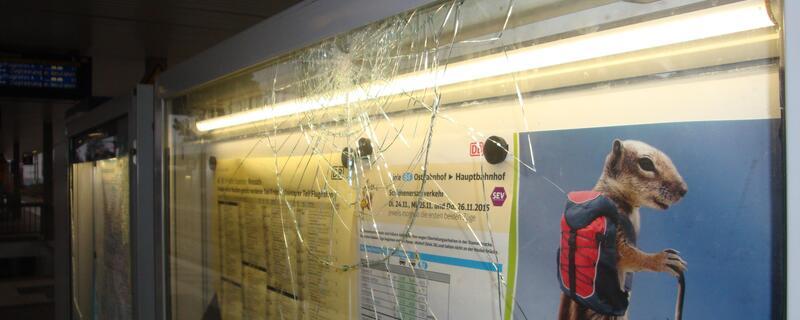 zerstörte glasschaukästen im personentunnel am bahnhof moosach, © Bundespolizei