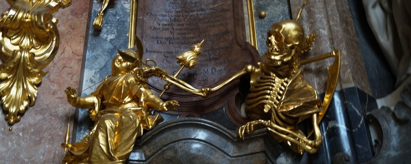 goldenes skelett in asamkirche in sendlinger straße in muenchen