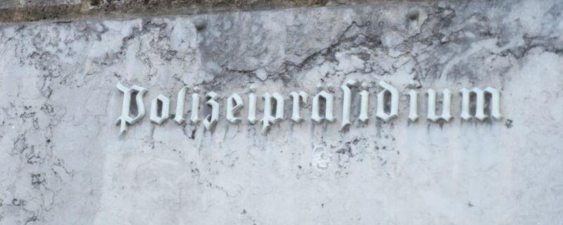 schriftzug an der außenmauer des polizeipräsidium muenchens