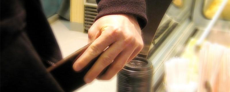 Dieb steckt Handy in Jackentasche, © Smybolbild. Foto: Bundespolizei
