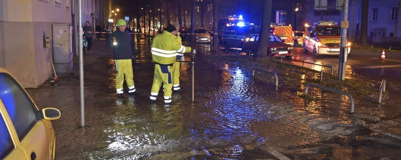 überflutete Straße einsatzkräfte beheben schaden, © Berufsfeuerwehr München