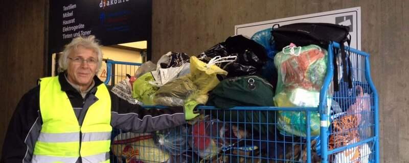 wagen mit senden in säcken vor diakonia spendenannahme, © Übergabe der Spenden an die Diakonia Spendensammelstelle