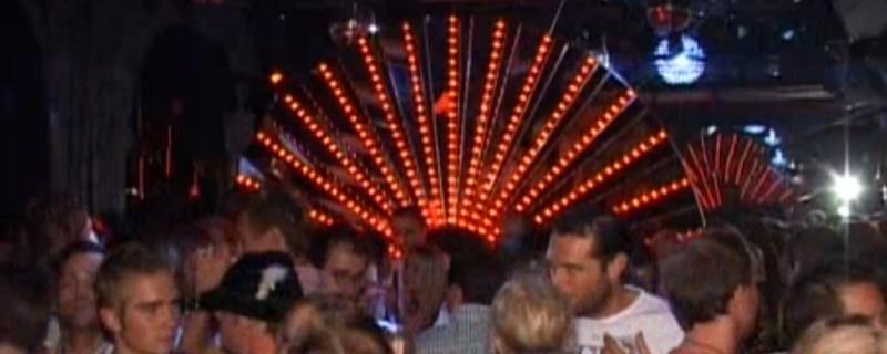 Menschen feiern in einer Diskothek