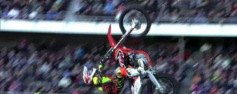 nitro circus stund man auf motorrad beim salto in der luft