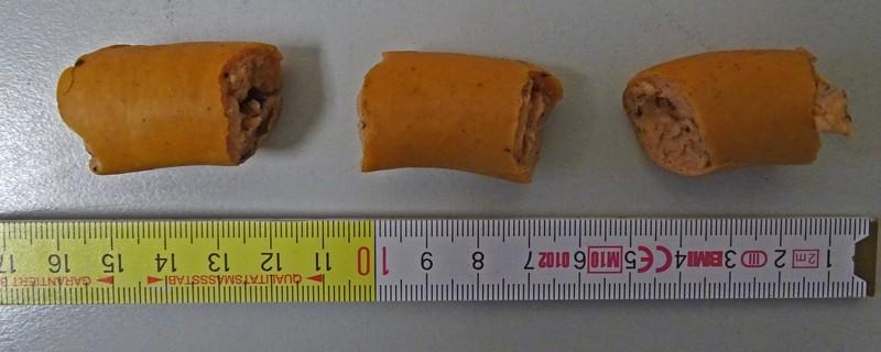Wienerwurststückchen mit Giftködern für Hunde, © Die Wienerwurststückchen - Foto: Polizei