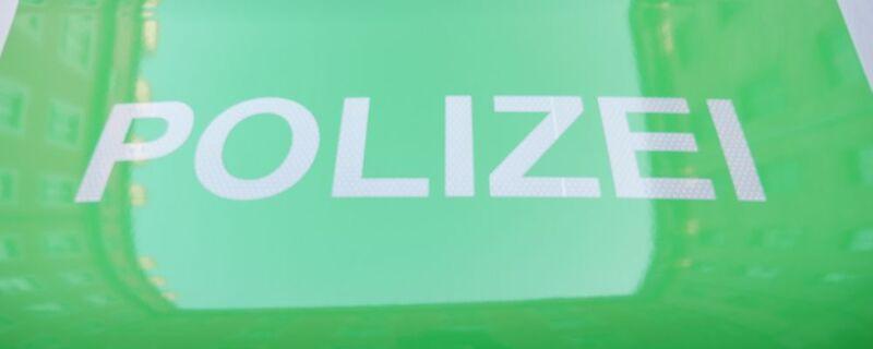 polizei schriftzug auf grünem polizeiauto, © Symbolfoto