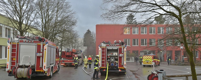 Feuerwehr bei Brand in Schule, © Die Einsatzkräfte vor der brennenden Schule - Foto: Berufsfeuerwehr München