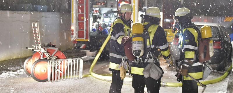 feuerwehr einsatzkräfte im schnee mit löschrohr, © Berufsfeuerwehr München