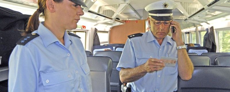 polizeibeamte in zug in blauer uniform, © Symbolbild