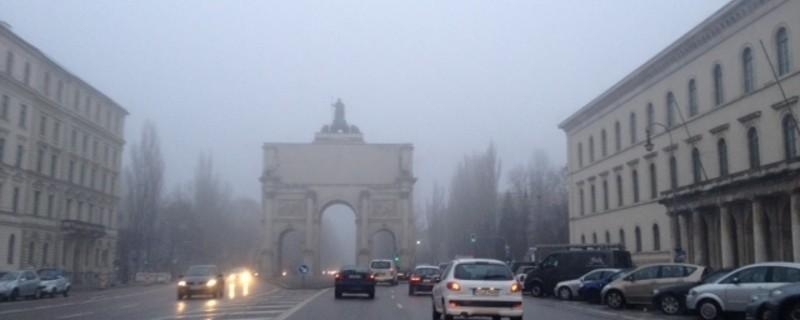 Nebel_Siegestor_Leopoldstrasse, © Symbolfoto.