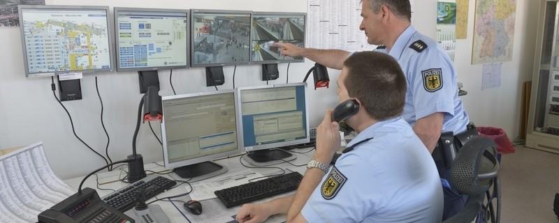 Polizisten sitzen vor Überwachungsmonitoren, © Symbolbild Videoüberwachung der Bundespolizeiinspektion München