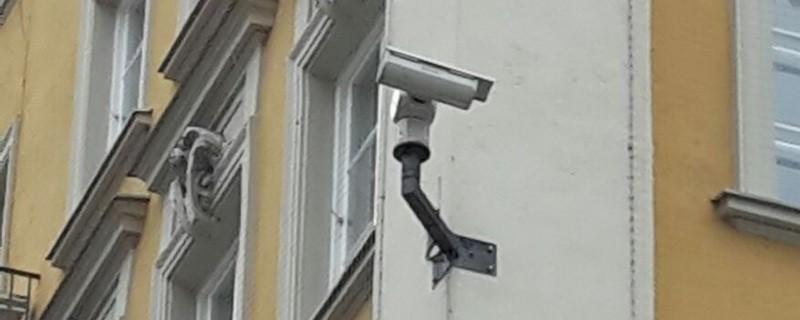 Eine Überwachungskamera installiert an einer Hausmauer , © Münchner Polizei verstärkt Sicherheitskonzept