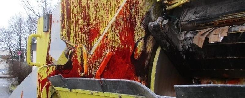 Eine Müllpresse mit roten Farbspritzern , © Verschmierte Müllpresse sorgt für Aufregung
