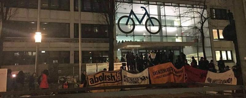 © Abschiebungsgegner haben am Donnerstag das KVR in München besetzt