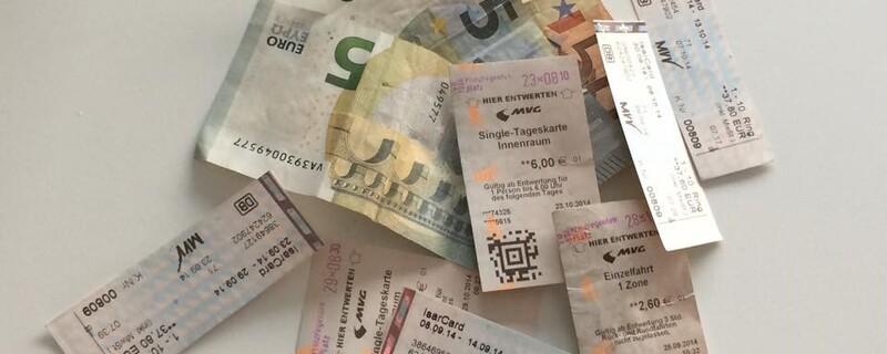 Fahrkarten und Geldscheine öffentliche in München