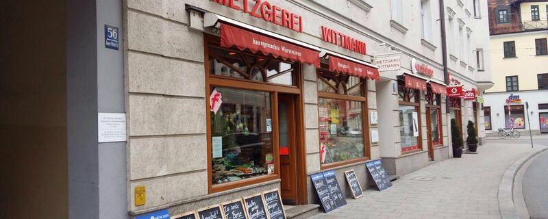 Metzgerei Wittmann in Haidhausen von Außen mit Angebotstafeln vor dem laden, © Metzgerei Wittmann schließt den Betrieb nach 135 Jahren