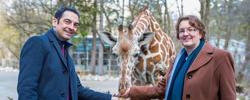 © Christine Strobl und Zoodirektor Rasem Baban. Foto: Tierpark Hellabrunn/Marc Müller