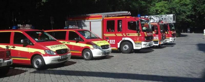 Feuerwehrfahrzeuge nebeneinander geparkt, © Symbolfoto der Feuerwehr